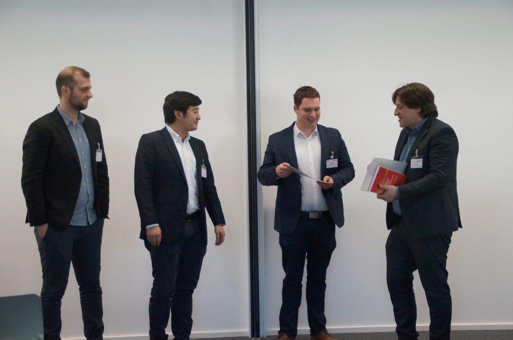 Martin Schymanietz (FAU), Mahei Li (UKS) und Christian Grotherr (UHH) nehmen Best Paper Award auf der Digivation 2018 von Drs. Roman Senderek (RWTH) entgegen.